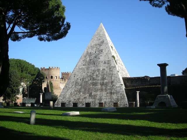 Foto della Piramide Cestia  a Testaccio photo credit: Lazioeventi.com