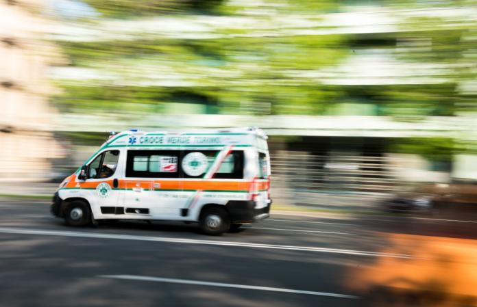Coronavirus, ospedali pieni e ambulanze in fila: interviene la Procura