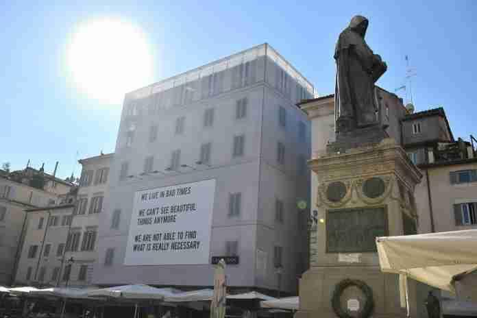 Il mistero della maxi affissione a Campo de' Fiori e il suo significato