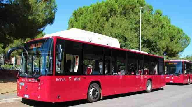 Ragazzi prendono a sassate un autobus a Tor Bella Monaca