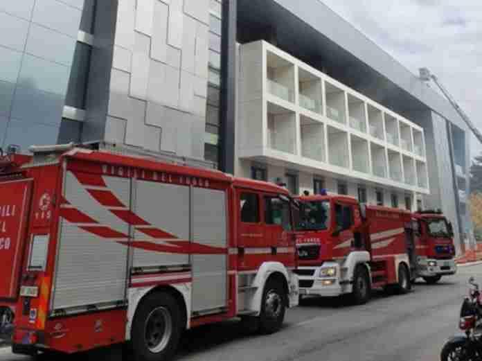 Incendio nel cantiere della nuova clinica Paideia: un operaio intossicato
