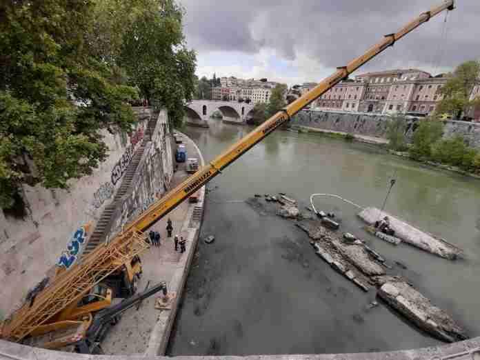 Al via la rimozione di cinque imbarcazioni affondate nel Tevere