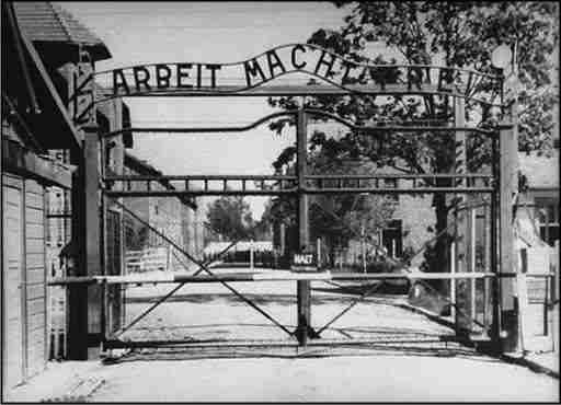 Immagine dell'entrata di Auschwitz   photo credit: trnews.it