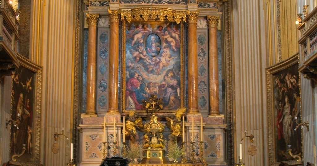 Nella foto l'altare di Santa Maria in Vallicella e il quadro motorizzato di Rubens  photo credit: roma.com