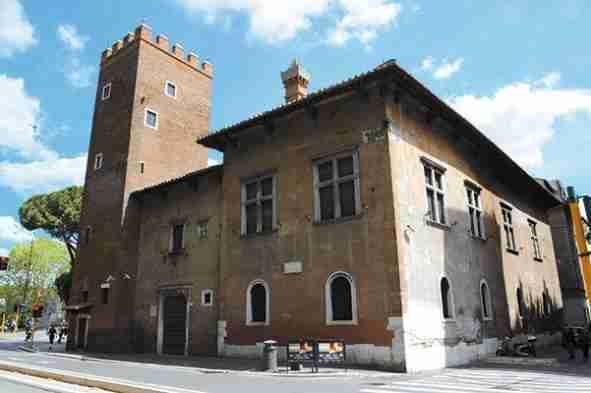 Nella foto la Casa di Dante a Roma  photo credit: romainpuntadipiedi.wordpress.com