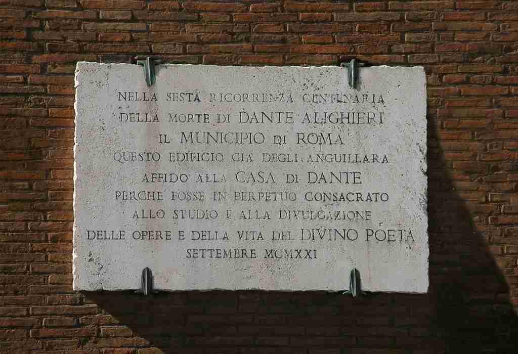"""Nella foto la targa affissa sul muro della """"Casa di Dante a Roma  photo credit: festadenoantri.it"""