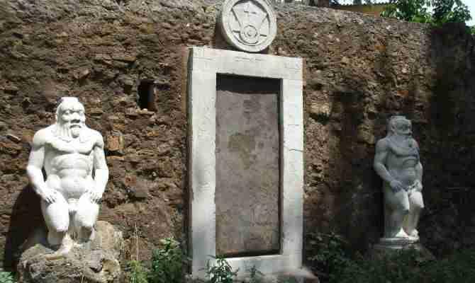 """C'è una """"Porta magica"""" a Roma e si trova a Piazza Vittorio"""