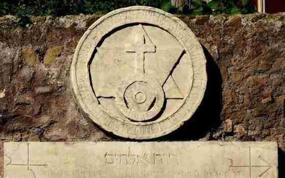 Nella foto uno dei simboli esoterici presenti sulla porta magica  photo credit: viaggiare.moondo.info