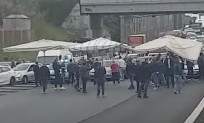 """Protesta dei venditori ambulanti contro la direttiva Bolkestein, Raggi: """"No ai ricatti"""""""