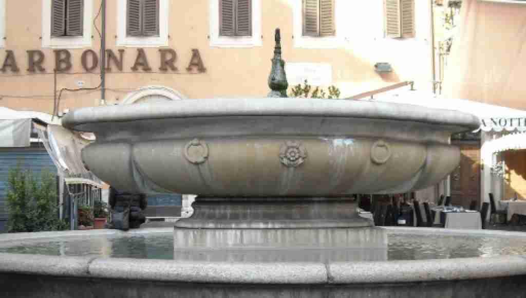 Nella foto la copia della fontana della zuppiera   photo credit: blastingnews.com